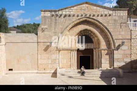 Jerusalén, Israel - Marzo 3, 2015: La iglesia ortodoxa, tumba de la Virgen María en el Monte de los Olivos y el mendigo.
