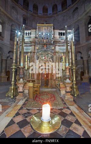 Jerusalén, Israel - Marzo 4, 2015: La tumba de Cristo en el Gólgota o Calvario santuario en la basílica del Santo Sepulcro.