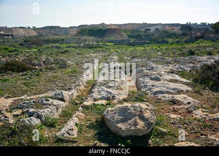 Ranuras paralelas de huellas de carros prehistóricos, misteriosamente anotó en la roca en Clapham Junction en Malta.