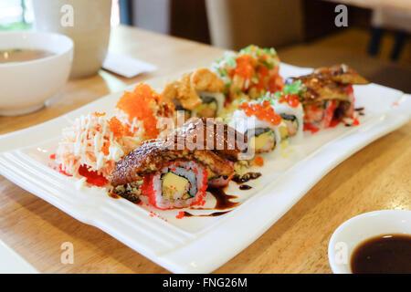 Sushi conjunto ; sushi roll con salmón y anguila ahumada
