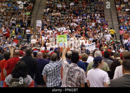 Tucson, EE.UU.. El 19 de marzo, 2016. Varios manifestantes perturban Donald Trump mitin político en Tucson, Arizona, EE.UU. Algunos manifestantes bloquearon la carretera a la Phoenix rally en Fountain Hills AZ, mientras que otros se bloquean las puertas afuera e intentó interrumpir el rally dentro en el centro de convenciones de Tucson. Crédito: Kathy Burns/SasEz Capturas/Alamy Live News Foto de stock