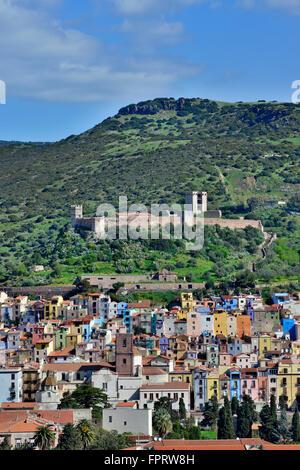 Paisaje con el castillo Castello Malaspina, Bosa, Cerdeña, Italia