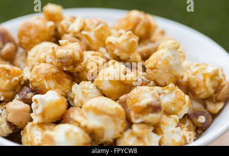 En un tazón de palomitas de maíz de caramelo