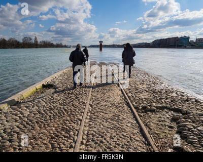 Cruce del Ródano (a la izquierda) y el Saône (a la derecha), distrito de la Confluencia Lyon, Francia. Foto de stock