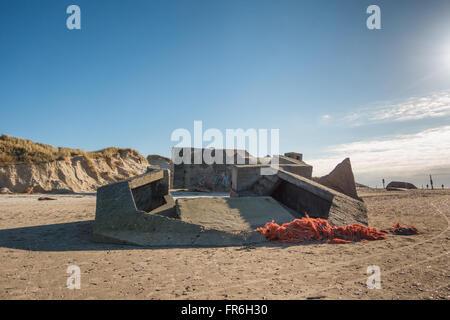 Bunker en una playa de Dinamarca. La fortificación de la costa del Mar del Norte desde la segunda guerra mundial Foto de stock