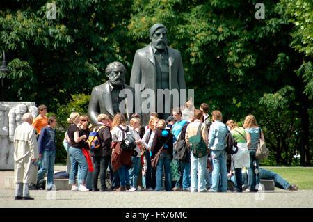 Das Marx-Engels-Denkmal en Berlin-Mitte.