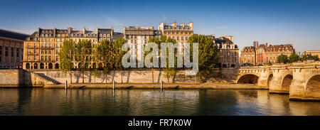 Tranquila mañana de verano a lo largo de Quai de l'Horloge en el río Sena bancos en Ile de la Cite en París, con el puente Pont Neuf