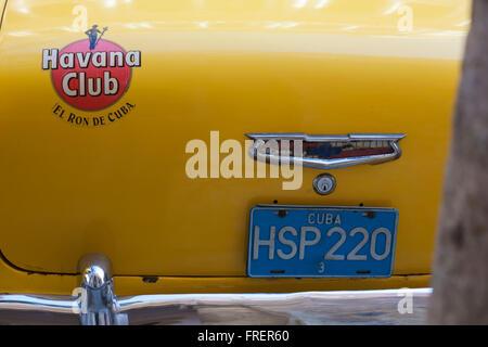 Havana Club El Ron de Cuba Insignia Chevrolet amarillo en la parte posterior del coche HSP220 en La Habana, Cuba, Las Antillas, el Caribe, América Central - Chevrolet logo