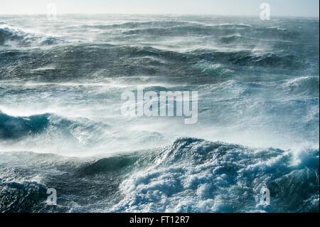 Olas Altas en extremadamente accidentado del mar en el Océano Austral, mar de Ross, en la Antártida