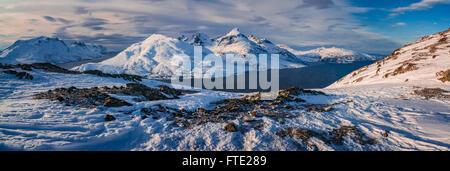 Vistas panorámicas hacia almacenar Blamann y el océano abierto desde Rodtinden, Kvaloya, Troms, al norte de Noruega Foto de stock