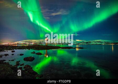 Aurora Borealis bailar sobre el fiordo Tromso, Noruega septentrional