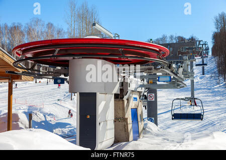 "Telesilla en ""Krasnaya Glinka' Mountain Ski Resort en invierno día soleado en Samara, Rusia"