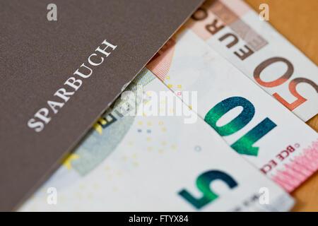 Nuremberg, Alemania. 15 Mar, 2016. Ilustración - billetes de euro representada en una libreta de ahorro en Nuremberg, Alemania, el 15 de marzo de 2016. Foto: DANIEL KARMANN/dpa/Alamy Live News