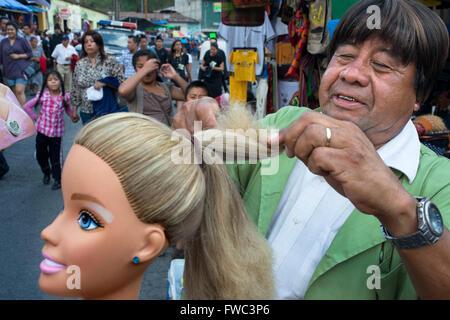 Peluca vendedor en las calles de Antigua, Guatemala.
