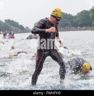 Leeds, Reino Unido. 12 de junio, 2016. Javier Gómez Noya de España terminando la primera vuelta de la natación en Foto de stock