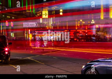 Autobús londinense estelas de luz noche Piccadilly circus taxi negro de larga exposición