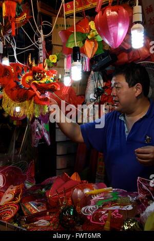 Un hombre vendiendo linternas como parte de la Linterna Mid-Autumn Festival en Hong Kong