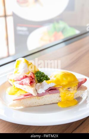 Huevos Benedict, desayuno, magdalenas, tostadas, jamón, huevos escalfados con salsa holandesa mantecosa