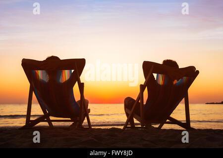 Disfrute del concepto de la vida, pareja de relax en hotel de playa en el atardecer, gente feliz luna de miel, destino turístico paraíso