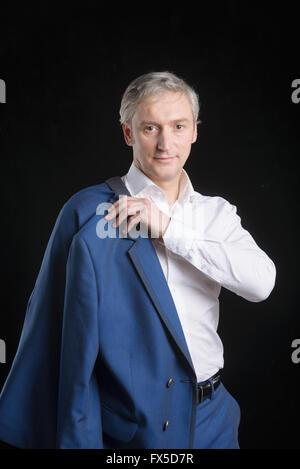 Altos Hombre con camisa azul y palo diciendo hola, agitando