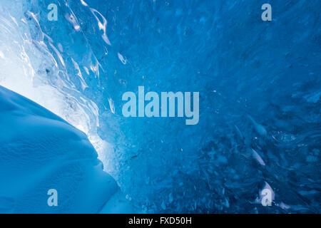 Hielo azul en el interior de la caverna de hielo glaciar Breidamerkurjokull, salida de Vatnajökull / Vatna glaciar en Islandia