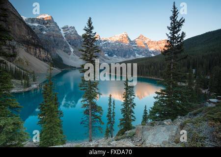 El Lago Moraine, el lago glacial-fed, en la luz de la tarde, el Valle de los Diez Picos, Canadian Rockies, Parque Nacional de Banff