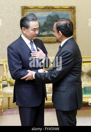 Bandar Seri Begawan, Brunei. 21 abr, 2016. Brunei Sultan Haji Hassanal Bolkiah (R) se reúne con el Ministro de Relaciones Exteriores chino visitando Wang Yi en Bandar Seri Begawan, capital de Brunei, el 21 de abril de 2016. Crédito: Jeffrey Wong/Xinhua/Alamy Live News