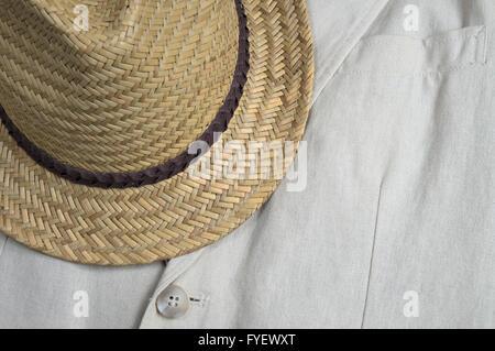 Ropa clásica coat detalle de solapa con sombrero de paja. Ropa de verano tema