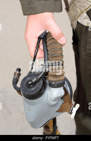 Uniformes, máscara de oxígeno en su mano un piloto militar