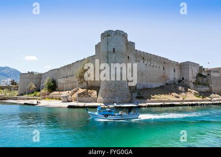El norte de Chipre, Kyrenia castillo con un pequeño barco pesquero frente a la torre principal