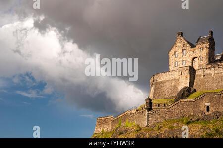 Edimburgo, Escocia - Mayo 30, 3011: Mirando hacia el cuartel del Castillo de Edimburgo sobre Castle Rock en el centro de Edimburgo.
