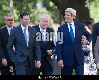 El Secretario de Estado de Estados Unidos, John Kerry, centro, llega a la Biblioteca LBJ durante un discurso pronunciado durante la Cumbre de la guerra de Vietnam.