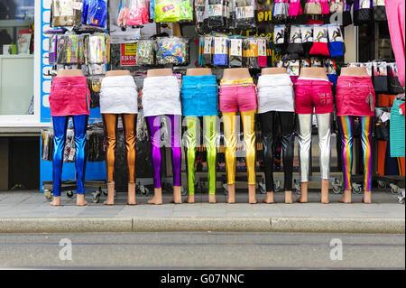 Los maniquíes de pie en fila delante de un vestido