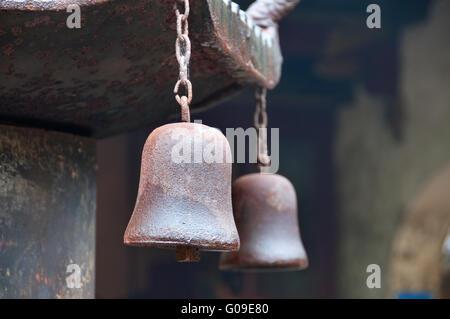 La silueta de campana de la entrega en el borde del techo del templo Foto de stock