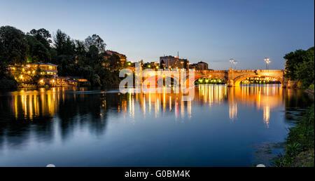 Turín (Torino) río Po y el puente Umberto I en la hora azul