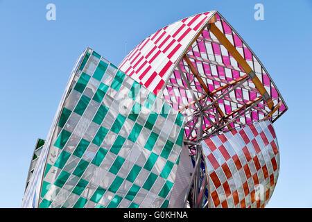 Observatorio de luz por Daniel Buren en la Fondation Louis Vuitton por el arquitecto Franck Gehry, Bois de Boulogne, Francia