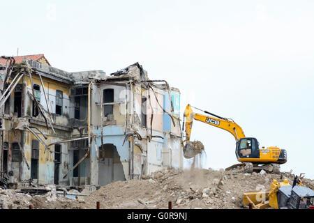 Una topadora derriba un antiguo edificio en el malecón de La Habana, Cuba, como parte de su programa de modernización y regeneración