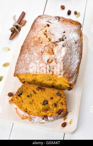 Pan pan de calabaza con nueces, canela y pasas, se centran en la rebanada de pan Foto de stock