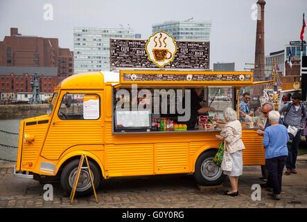 Cola fuera clásico Citroën 'H', café helado de café de carros, camionetas, van de catering. Un vehículo francés convierten a la venta de alimentos y bebidas, Liverpool, Merseyside, REINO UNIDO