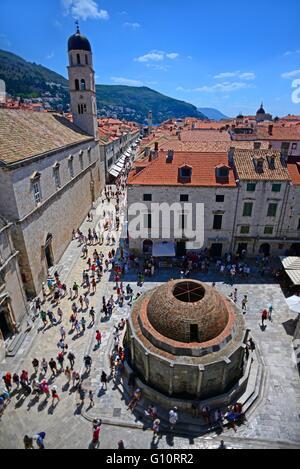 Vista de gran onofrio de Trevi y la plaza de la calle principal stradun desde las murallas de la ciudad, el casco antiguo de Dubrovnik, Croacia