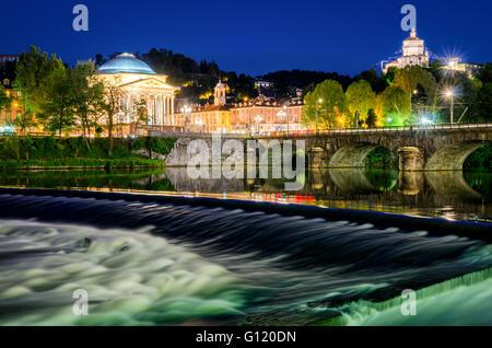 Turín (Torino) Río Po Grand Madre y Monte dei Cappuccini en hora azul