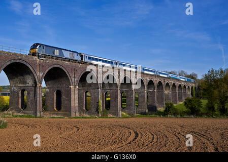68014 jefes Souldern Viaducto sobre 1U50 17:21 London Marylebone hasta Banbury, el 4 de mayo de 2016.