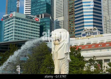 El Merlion fuente con Luxury Hotel Fullerton y el distrito de negocios de Singapur detrás del horizonte.