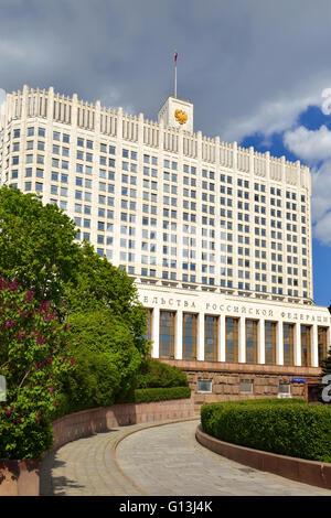 Casa de Gobierno de la Federación de Rusia (White House) es el edificio del gobierno en Moscú, Rusia Foto de stock