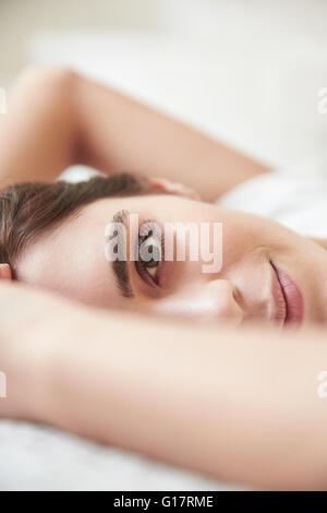 Close Up retrato de joven bella tumbado en la cama Foto de stock