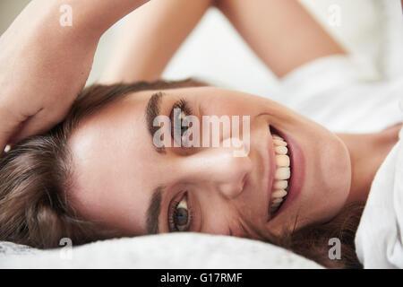 Close Up retrato de joven bella tumbado en la cama