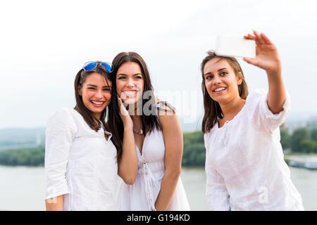 Tres mujeres teniendo un selfie feliz de sí mismos y jugando