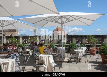 El Bar Y El Restaurante De La Terraza Con El Arte Moderno