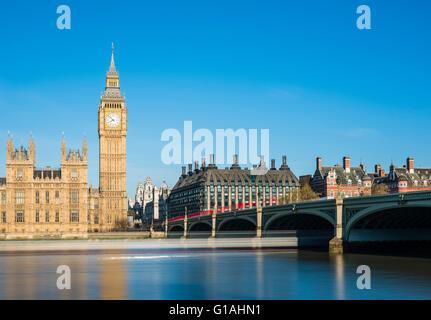 La larga exposición de Westminster Bridge en una soleada mañana de primavera, Londres, Reino Unido.