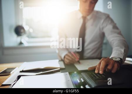 Hombre de negocios trabajando en documentos, Cerrar, abogado concepto contable